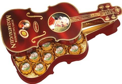 12 Mozartkugeln in einer Geigendose